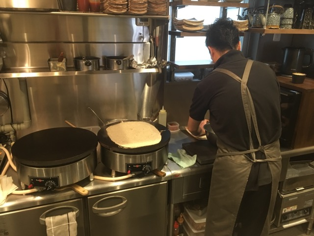 東京浅草フルール・ド・サラザンでは、自家製粉石臼挽きそば粉のガレットロールが楽しめる。