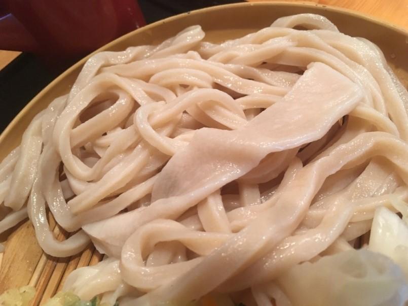武蔵村山「満月うどん」の手打ち糧(かて)うどんは、国産小麦を使用したコシの強い香ばし味わい。