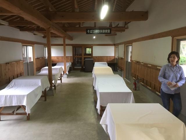 多目的な体験施設を備える山びこの丘(愛知県新城市)では、毎朝手打ちの挽きぐるみ田舎蕎麦が食べられる。