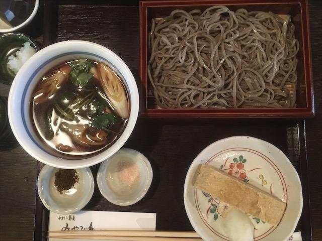 蕎麦みやび庵(飛騨高山)の鴨汁せいろは、香り高い田舎そばを5つの食べ方で楽しませてくれる。