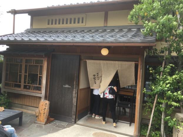 出雲大社の正門鳥居前にあるそば処田中屋は、すっきりした挽きぐるみの出雲そばです。