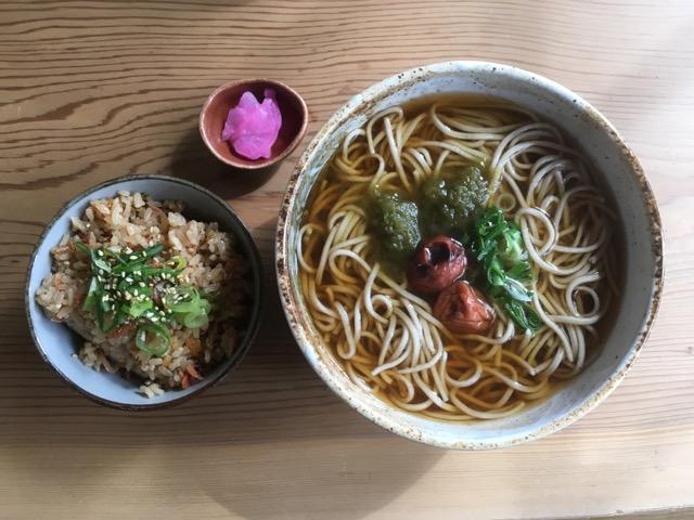 滋賀県産そば使用の「寿命そば」がある多賀大社は、縁結びと延命長寿のお社です。