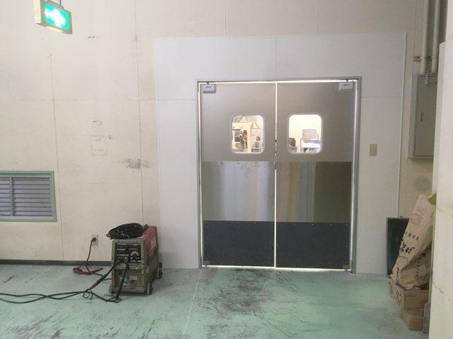 カガセイフン改修工事(44日目)スイングドア設置、マシンハッチ開口