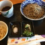 JR高月駅東口の十割蕎麦一休(いっきゅう)では、滋賀県産そばを使った自家製粉石臼挽きの極細切り蕎麦が楽しめる。