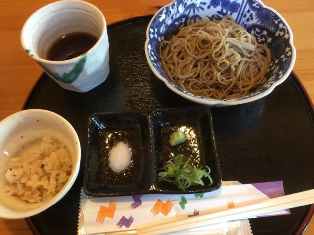 JR高月駅(東口)の十割蕎麦一休(いっきゅう)は、滋賀県産そばを自家石臼挽きの極細切り蕎麦で楽しめる。