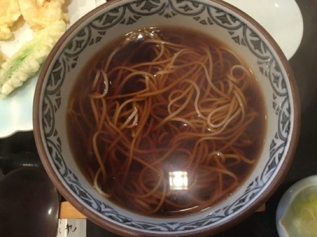 そばやの高さわ(船橋)では、歯切れのいい江戸そばと揚げたて天ぷらの贅沢をリーズナブルに味わえる。