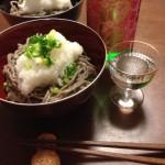 追熟を終えた完熟の福井県産玄そばを皮付きのまま挽きぐるみにした手打ち蕎麦と、青森の地酒田酒を合わせた最高の晩ご飯です。