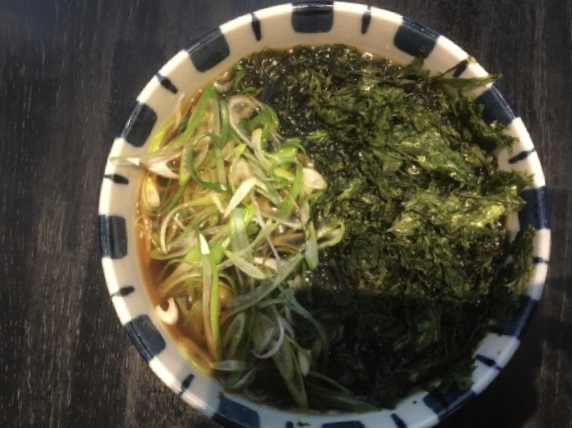 京都 中之光庵(河原町)では、自家製粉石臼挽の手打ち蕎麦を手繰りながらかしわ料理と日本酒が楽しめる